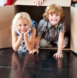 Enfants ayant l'amusement dans leur nouvelle maison Images libres de droits