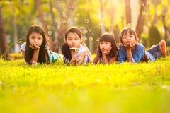Enfants ayant l'amusement de bulle Photos libres de droits