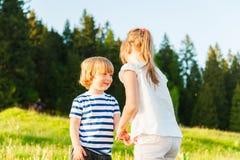 Enfants ayant l'amusement dehors Photo stock