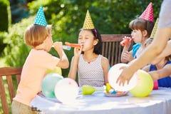 Enfants ayant l'amusement et la célébration Images libres de droits