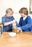 Enfants ayant l'amusement pendant un atelier de cuisson Photos libres de droits