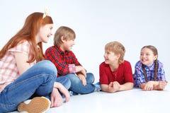 Enfants ayant l'amusement sur le plancher Photo libre de droits