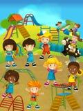 Enfants ayant l'amusement sur le terrain de jeu - scène heureuse d'été Photographie stock