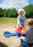 Enfants balançant sur une oscillation Photo libre de droits