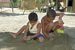 Enfants brésiliens jouant avec des camions de jouet Image libre de droits