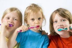 Enfants brossant des dents photographie stock libre de droits