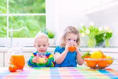 Enfants buvant du jus d'orange Photographie stock