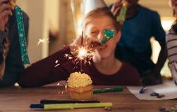 Enfants célébrant à la fête d'anniversaire photographie stock libre de droits