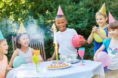 Enfants célébrant avec des feux d'artifice de table Image libre de droits