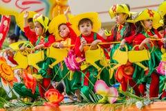 Enfants célébrant le carnaval sur des rues de ville photo libre de droits