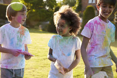 Enfants célébrant le festival de Holi avec la partie de peinture Photographie stock libre de droits