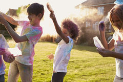 Enfants célébrant le festival de Holi avec la partie de peinture Photos stock