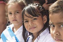 Enfants célébrant le Jour de la Déclaration d'Indépendance en Amérique Centrale image libre de droits
