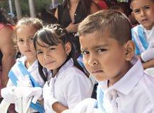Enfants célébrant le Jour de la Déclaration d'Indépendance en Amérique Centrale Photographie stock libre de droits