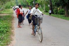 Enfants cambodgiens allant à l'école par le bycicle Photos stock