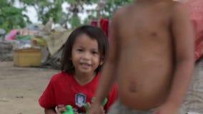 enfants cambodgiens dans les taudis près de la ville de Phnom Penh vidant le secteur banque de vidéos