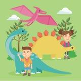 Enfants caucasiens jouant avec des dinosaures extérieurs Images stock