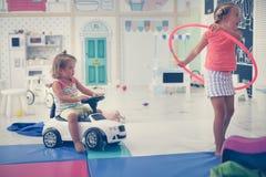 Enfants caucasiens jouant dans le terrain de jeu Photo libre de droits