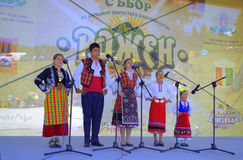 Enfants chantant à l'étape de Rozhen, Bulgarie Photos stock