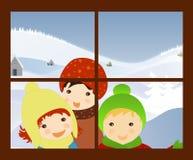 Enfants chantant des hymnes de louange de Noël à l'hublot Image stock