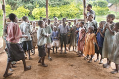 Enfants chanteurs et de danses en Afrique Image libre de droits