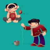 Enfants chinois jouant le tambour de hochet et le dessus de rotation Images libres de droits