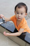 Enfants chinois lavant la main. Photo stock