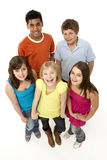 enfants cinq jeunes de studio de groupe images stock