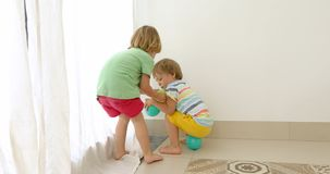 Enfants combattant et partageant un jouet banque de vidéos