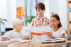 Enfants concentrés prêtant l'attention sur des détails dans un exercice image libre de droits