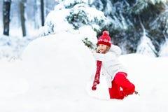 Enfants construisant le bonhomme de neige Enfants dans la neige Amusement de l'hiver Photos stock