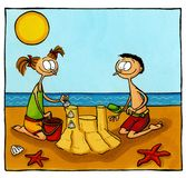 Enfants construisant un château de sable Images libres de droits