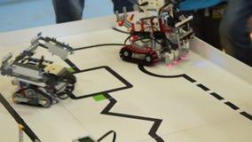 Enfants contestant des robots avec passer la ligne clips vidéos