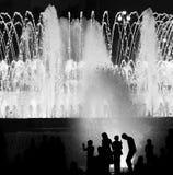 Enfants contre la fontaine Images libres de droits