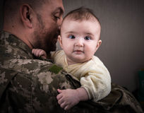 Enfants contre la guerre images stock