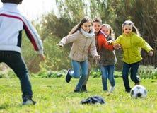 Enfants courant après boule Photo libre de droits