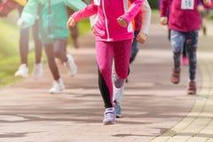 Enfants courant en parc Image stock