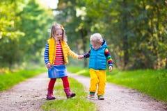 Enfants courant en parc d'automne Images stock