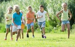 Enfants courant ensemble en parc Images stock