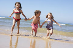Enfants courant le long de la plage Photo libre de droits