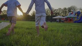 Enfants courant nu-pieds à travers la pelouse Amusement à l'extérieur clips vidéos