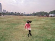 Enfants courant sur l'herbe Images stock
