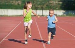 Enfants courant une course dans la région sauvage image libre de droits
