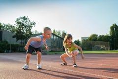 Enfants courant une course dans la région sauvage images stock