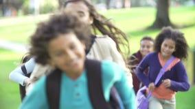 Enfants courant vers l'appareil-photo dans le mouvement lent banque de vidéos