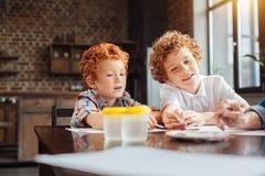 Enfants créatifs peignant avec des aquarelles dans la cuisine Photo libre de droits