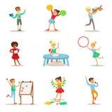 Enfants créatifs pratiquant différents arts et métiers en ensemble d'Art Class And By Themselves d'enfants et de créativité orien illustration libre de droits