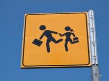 Enfants croisant la plaque de rue Photographie stock libre de droits