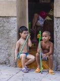 Enfants cubains dans la rue de La Havane Photo stock
