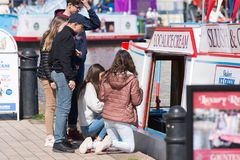 Enfants décidant quelle crème glacée pour acheter du bateau Photos libres de droits